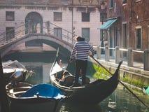Os pares de turistas que apreciam a gôndola visitam no canal de água de fotos de stock