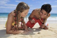 Os pares descobrem um caranguejo pequeno Imagem de Stock Royalty Free