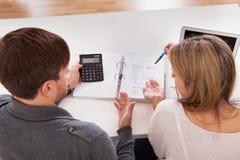 Os pares discutem sobre o dinheiro Imagem de Stock Royalty Free