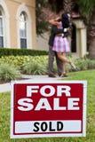 Os pares do americano africano comemoram a compra da casa Imagens de Stock Royalty Free