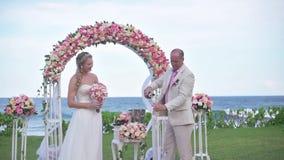 Os pares do casamento apenas casaram-se, mar azul bonito, praia branca, Havaí vídeos de arquivo