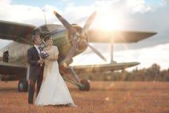 Os pares do casamento aproximam aviões do vintage imagem de stock royalty free
