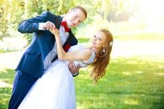 Os pares do casamento dançam no parque verde no verão Imagens de Stock