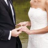 Os pares do casamento estão jurando fotos de stock royalty free