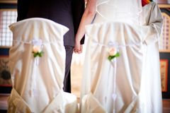 Os pares do casamento guardam suas mãos foto de stock royalty free