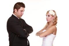Os pares do casamento, opõem expressão irritada dos relacionamentos maus. Fotos de Stock