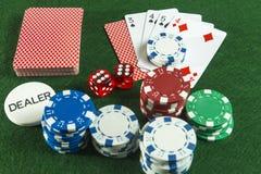 Os pares do corte dos cartões de jogo do bloco cortam microplaquetas do negociante do pôquer Imagem de Stock