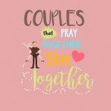 Os pares do relacionamento das citações rezam junto a estada romântica Imagens de Stock