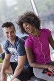 Os pares em um gym têm a ruptura foto de stock royalty free