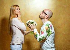 Os pares emocionais da forma dão-se flores no ` s do Valentim Imagem de Stock