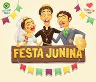 Os pares engraçados do aldeão com partido de junho do brasileiro do sacerdote católico assinam Fotos de Stock Royalty Free