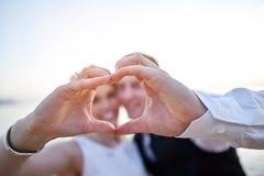Os pares entregam a fatura do coração Imagens de Stock