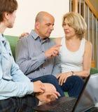 Os pares envelhecidos respondem a perguntas do assistente social Imagens de Stock