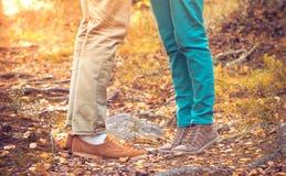 Os pares equipam e os pés da mulher no amor Fotografia de Stock
