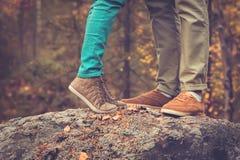 Os pares equipam e os pés da mulher no amor Fotografia de Stock Royalty Free