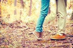Os pares equipam e os pés da mulher no estilo de vida exterior romântico do amor Fotografia de Stock