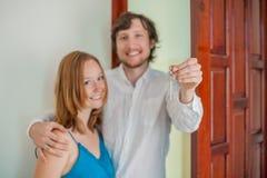 Os pares estão guardando a chave a sua casa nova Conceito 6 dos bens imobiliários Imagens de Stock