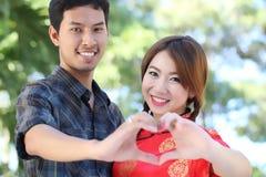 Os pares fazem o sinal do coração Imagem de Stock