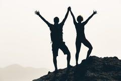 Os pares felizes comemoram, alcançando o objetivo da vida e o sucesso fotografia de stock