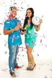 Os pares felizes comemoram o ano novo Imagens de Stock