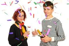 Os pares felizes comemoram o partido do ano novo Imagens de Stock Royalty Free