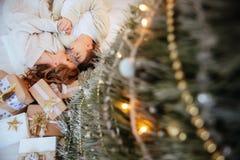 Os pares felizes do amor comemoram feriados do Natal fotografia de stock