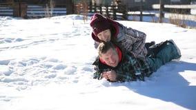Os pares felizes estão encontrando-se na neve e estão apreciando-se férias mornas de Sunny Day During Their Winter nas montanhas  vídeos de arquivo