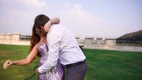 Os pares felizes maravilhosos de amantes estão dançando no jardim video estoque