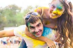 Os pares felizes no amor no holi colorem o festival Imagens de Stock