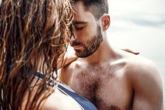 Os pares felizes no mar encalham, adulto, férias de verão fotografia de stock