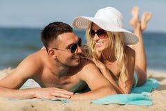 Os pares felizes no roupa de banho que encontra-se no verão encalham Imagens de Stock