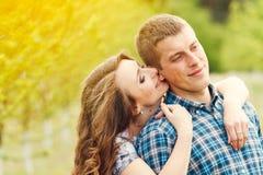 Os pares felizes novos atrativos em uma mola jardinam Fotografia de Stock Royalty Free