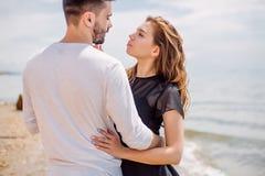 Os pares felizes que abraçam no mar encalham, adulto, férias de verão imagem de stock royalty free