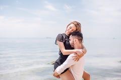 Os pares felizes que abraçam no mar encalham, adulto, férias de verão fotos de stock