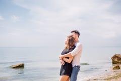 Os pares felizes que abraçam no mar encalham, adulto, férias de verão imagens de stock royalty free