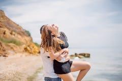 Os pares felizes que abraçam no mar encalham, adulto, férias de verão fotografia de stock