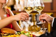 Os pares felizes têm uma data romântica no restaura Imagem de Stock Royalty Free