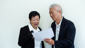 Os pares idosos asiáticos do sorriso feliz no negócio attire, proprietário do SME fotografia de stock