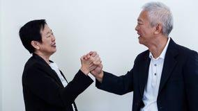 Os pares idosos asiáticos do sorriso feliz no negócio attire, proprietário do SME imagens de stock royalty free