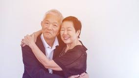 Os pares idosos asiáticos do sorriso feliz no negócio attire, proprietário do SME imagem de stock royalty free