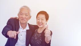Os pares idosos asiáticos do sorriso feliz no negócio attire, proprietário do SME fotografia de stock royalty free