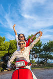 Os pares livres felizes da liberdade que conduzem o 'trotinette' entusiasmado em férias de verão vacation fotografia de stock royalty free