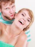 Os pares loving equipam o beijo de sua amiga no mordente fotos de stock royalty free