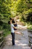 Os pares loving felizes novos apreciam um momento da felicidade na floresta imagem de stock royalty free