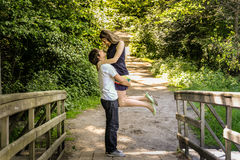Os pares loving felizes novos apreciam um momento da felicidade na floresta imagens de stock