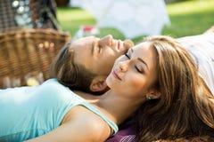 Os pares loving novos pensam sobre seus sonhos no piquenique fora Fotos de Stock Royalty Free