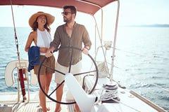 Os pares luxuosos 'sexy' no barco apreciam em férias fotos de stock royalty free