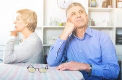 Os pares maduros decidem matérias da família e encontram o relacionamento imagem de stock royalty free
