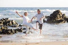 Os pares maduros superiores bonitos em seu 60s ou 70s aposentaram-se o passeio Fotografia de Stock