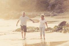 Os pares maduros superiores bonitos em seu 60s ou 70s aposentaram-se o passeio Foto de Stock Royalty Free
